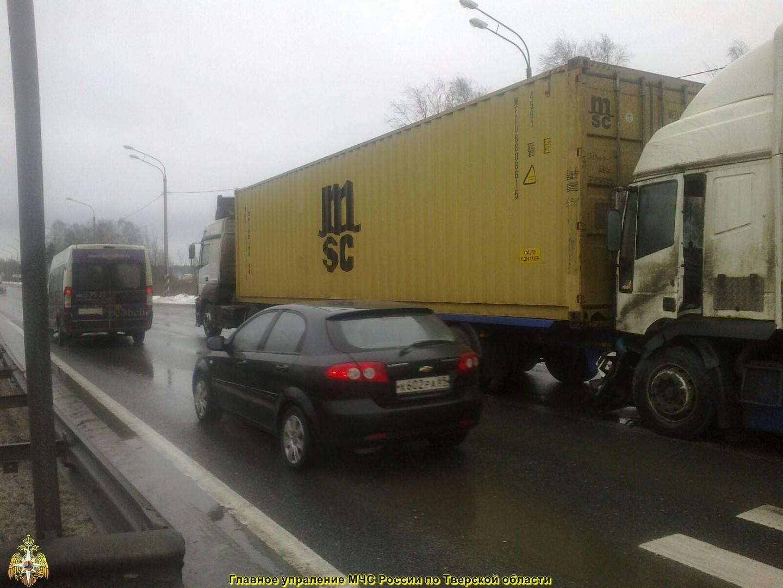 На трассе в Тверской области столкнулись две фуры