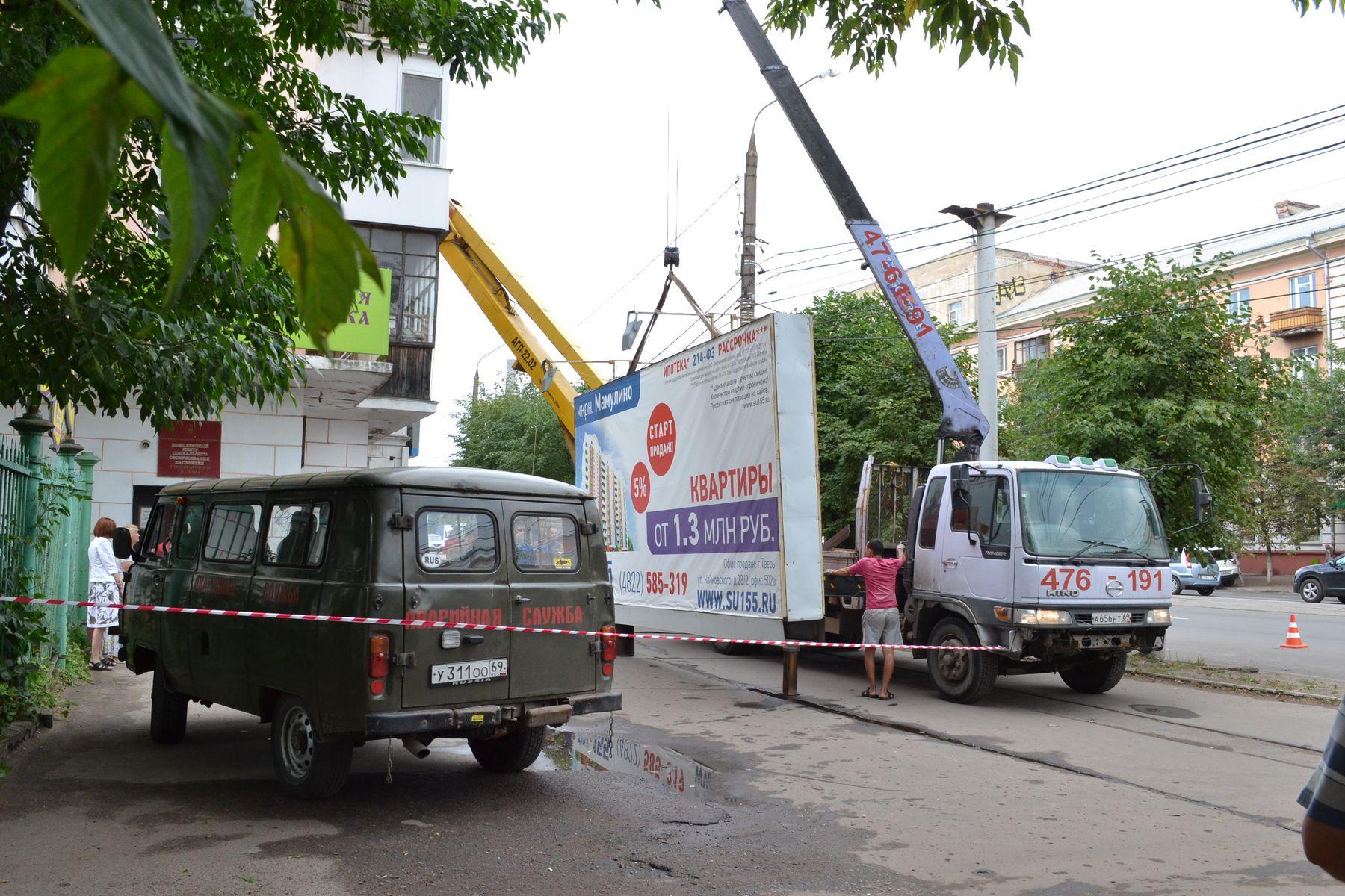 Незаконно установленные рекламные щиты сносят в Пролетарском районе Твери
