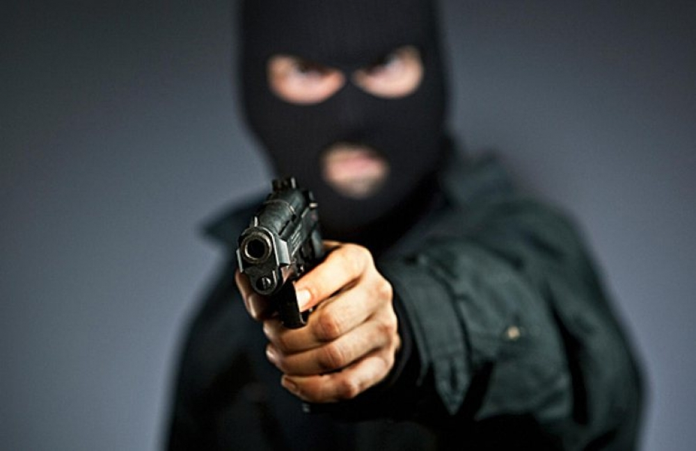 Обидчик вмаске испистолетом ограбил торговый павильон вТвери