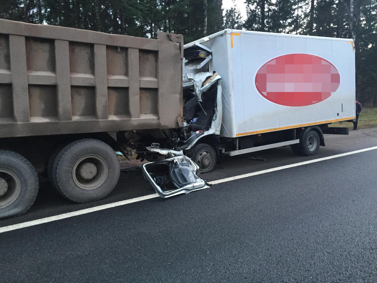 Под Тверью фургон «догнал» тяжелый китайский самосвал— шофёр достаточно серьезно пострадал