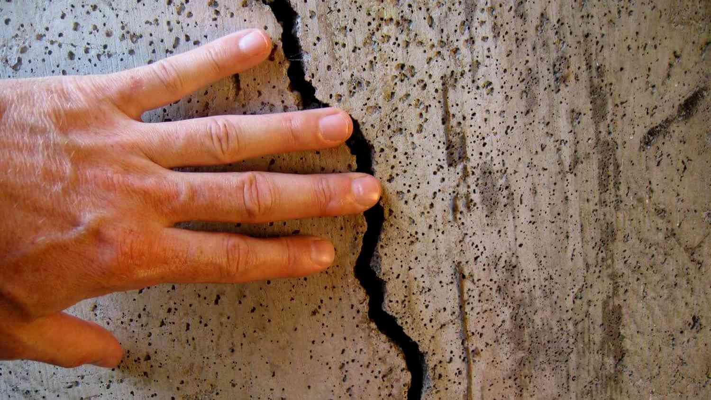 СКпроводит проверку попоследним предварительным данным обобрушении стены дома вцентре Твери